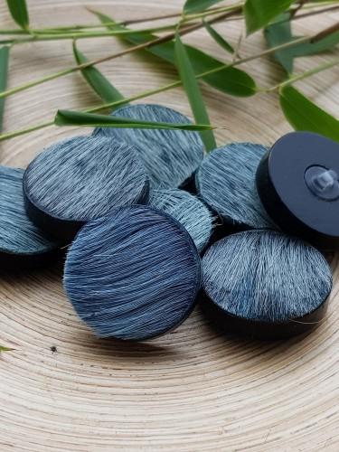 Hornknopf mit Ziegenfell blau grau