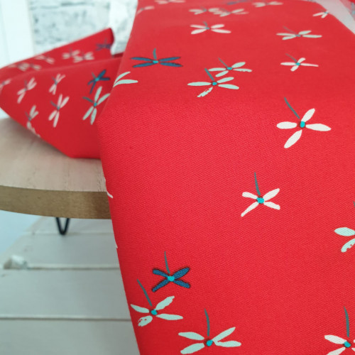 Art Gallery Fabrics Premium Baumwollstoff Everlastung Rote Bunte Libellen